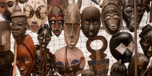 Maski afrykańskie – historia, twórcy masek z drewna oraz obrzędy, którym towarzyszą