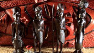 Rzeźby drewniane – dlaczego warto zaaranżować wnętrze z ich udziałem?